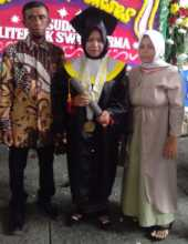 Sari at her Graduation Day with her parents