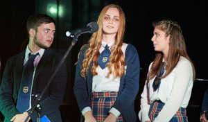 uczniowie podczas wystepow