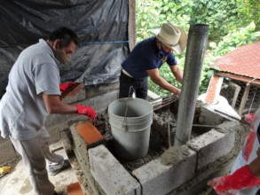 Construccion estufas / Building cookstoves