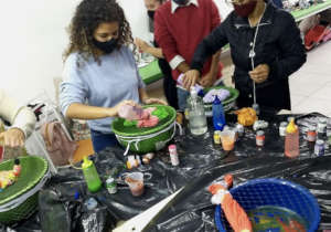 Tie-dyeing t-shirts at a Sebrae class