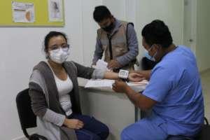 Nurse is prepped for COVID-19 vaccine in Chiapas