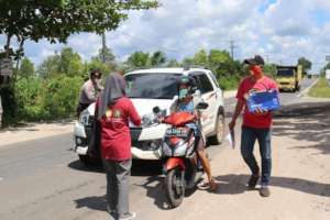 Hygiene kits distribution on the open road