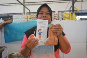 A lady at traditional market with the  hygiene kit
