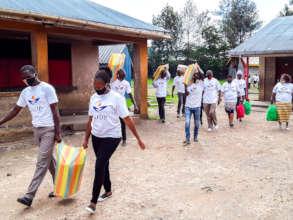 Mukuru teachers at the school distribute food