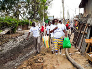 Food distribution in Mukuru slum