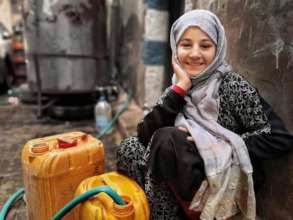 Photographer Ali Alsonidar-a girl brings water to