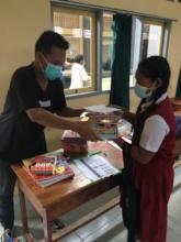 Student in Sukawati receiving the school supplies