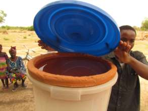 BARKA's Field Officer Yoni explains water filters