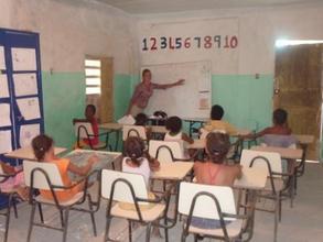 Project Intern teaching the children