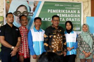 ASRI Teens scholarship recipients in blue jackets