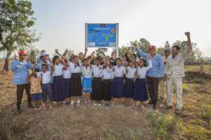 School children celebrate with APOPO's deminers.